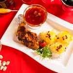 いわま餃子 - ペルシャ料理 ゼレシュクポロモルグ(骨付き鶏肉のトマト煮込みとゼレシュクというすぐりの実を炒ったものが乗った酸味も豊かなサフランライス)