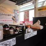 製麺屋慶史直営 まる麺西月隈 - 11時過ぎとちょっと早めのランチだったんでまだ客席には空席がありました。