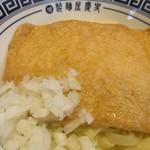 製麺屋慶史 麺ショップ 西月隈 - 油そばの上には追加したきつねがトッピングされてました。  器一杯の大きな味のしみたきつねです。