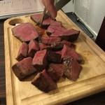 70009413 - 肉をカット