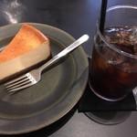 70009512 - チーズケーキ、アイスコーヒー