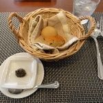 オリーヴェ - 自家製パンには、アンチョビとオリーブオイルを混ぜた物が付いてます。