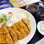 魚屋直営食堂 魚まる - 魚まる定食のトンカツ