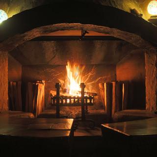 冬にお客様を歓待するのは、パチパチと薪を燃やす暖炉の炎。