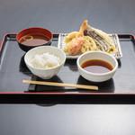 お気軽天ぷら処 天神 - 【定食】定食にはご飯、お味噌汁がついています。 ご飯のお代わりは無料です。ご飯は無料で麦ご飯に変更できます。