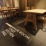 もつ鍋・水炊き 博多若杉 - 落ち着いた空間にフロア案内が高揚感を高めます。