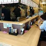 東京タンメン トナリ - 東京タンメン トナリ 西葛西店 L字型白木カウンター14席の店内