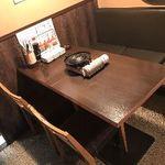 馬焼肉酒場 馬太郎 - 1階はテーブル席