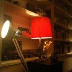 タオ カフェ - 本棚には本がズラリ。赤いランプが印象的です。