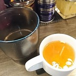 油そば 春日亭 - 冷たいお茶はセルフ+食前スープ