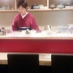 日本酒とおばんざい 北庵 - 許可を頂いた女将の遠目ショット(笑)