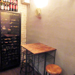 ワイン&ビア エストレ - 店内の一角。カウンターの背後に小さなテーブル