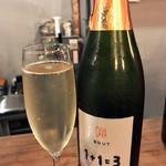 ワイン&ビア エストレ - スパークリングCAVA1+1=3(グラス700円)
