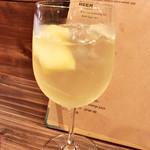 ワイン&ビア エストレ - サングリア白(グラス600円)