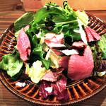 ワイン&ビア エストレ - 牛タンローストビーフと香草サラダ(750円)