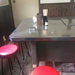 王香 - テーブル席は屋台時代の名残り