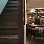 Rojoc - 1人の時はカウンターでシッポリと。仲間がたくさん集まった時は二階で…。など、使い分けができるお店です。
