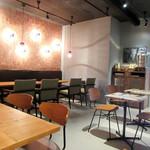 ザ シティーズ ベスト コーヒー - カフェの店内。水はセルフで返却もセルフ(2017.7月)