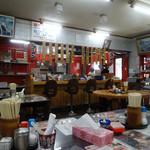 宝来軒 - 「宝来軒本店」テーブル席と厨房前のカウンター席
