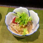 福ちゃん寿し - 料理写真:お通し[赤ズイキの和え物] 夏らしくズイキとしめじを和えて冷やした一品。これがなんとも美味かった!普段はあまり食べないズイキの美味しさに感動した。