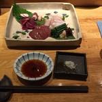 縁 YENISHI - 圧巻はモツ刺しでしょう。日本酒かワインでしょうな。左上から時計回りに砂肝、ハツ、ムネ、レバ。醤油と塩で。