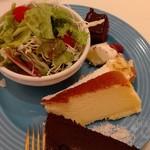 スイーツパラダイス - サラダとスフレチーズケーキチョコケーキバナナタルト奥の四角いのが噂のチョコケーキ?