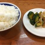 らーめんかいすい - セルフサービスのご飯と漬物(きゅうり・もやし)
