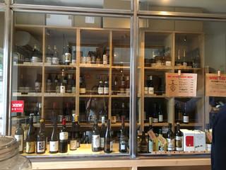 ダイヴ トゥ ワイン ジングウマエ - 店内。スナックメニュー下に、ナンバーがついたワインが並んでいます