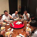 榮林 - テーブルを囲んで酸辣湯麺を頂く