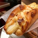 ジャーマンベーカリー - 先っちょ♡ ちくわパンには明太子が乗っていてこうばしかった。