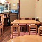 キッチンれん - 店内のテーブル席の風景です
