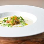 レストラン ビブ - じゃがいもと長ナスの冷製スープに野菜の意マリネを浮かべえて
