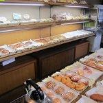 高島屋 - レトロなお店の中には出来たてのパンが並んで焼き立てパン独特の良い香りが漂ってます。