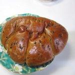 高島屋 - 黒ゴマクリームパン。黒ゴマのトッピングがチャームポイントのパンです。