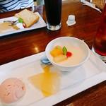 70060337 - 杏仁豆腐のデザートとアイスレモンティー(ストロベリーのアイス                       とグレープフルーツゼリーは変わらないです。)