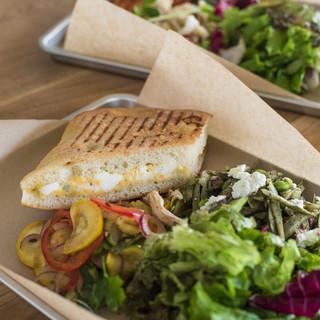 ランチは野菜や穀物を沢山使ったデリとホットサンドウィッチ。