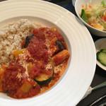 旬穀旬菜カフェ - トマト、ズッキーニ、パプリカ、ヤングコーンが入った夏野菜のカレーです。ややエスニック。