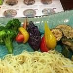 70073481 - スパイシーカレーつけ麺の夏野菜