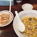 70074351 - ランチセットの炒飯と餃子。