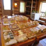 70074543 - 木の部屋、木製のテーブルに