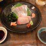 縁の鈴なり - お刺身(真鯛・ぶり)は赤一味柚子胡椒とわさびで頂きます