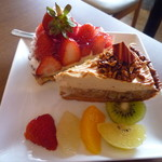 70080761 - 美味しそうなタルトには、さらにカラフルな果物も一緒で豪華!