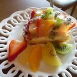 70080763 - 色鮮やかな果物ごろごろ!フルーツたっぷりタルト562円