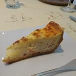 70084387 - (2017年7月 訪問)アミューズブーシュ:ベーコンとグリエールチーズのキッシュ。コクがありフルフル食感で誠に好みドツボのキッシュでした。