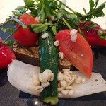 70084388 - (2017年7月 訪問)選べるアントレ:鮎のパテ ねずの実風味。見た目にもとても美しい。鮎のパテは臭みが無く旨味が凝縮されており、添え付けの野菜は見慣れた面々だがそれぞれ一手間かけられていてワンランクアップの味わいに♪