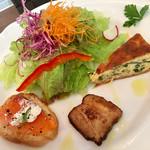 70085797 - 前菜はカナッペ(ブルスケッタじゃない)、豚バラ(チャーシューかも)、熱々ほうれん草のキッシュ。