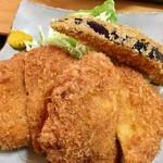 キッチン食堂 城山 - この大きなメンチかつにもビックリですが、茄子のフライまで!(◎_◎;