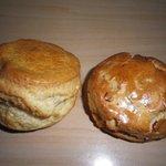 本格石窯パン工房 麦の香り - これです、これがスコーン♪右がフルーツ、左がプレーン。