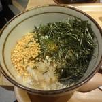 こめらく ニッポンのお茶漬け日和。 - 海苔とあられと出汁わさびを入れてお茶漬けに