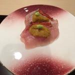 四季の味 哲粋 - 金目鯛を抑え込む大間のムラサキ